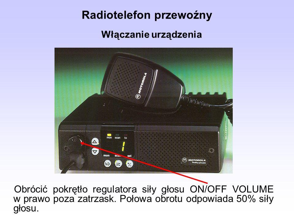 Radiotelefon przewoźny Obrócić pokrętło regulatora siły głosu ON/OFF VOLUME w prawo poza zatrzask. Połowa obrotu odpowiada 50% siły głosu. Włączanie u