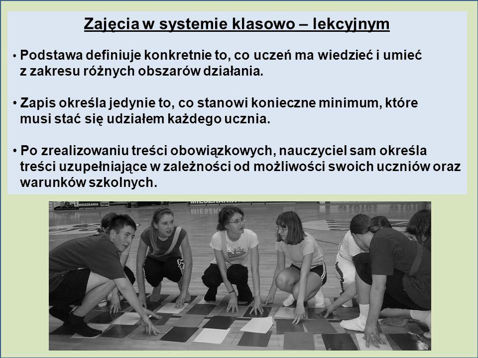 Zajęcia w systemie klasowo – lekcyjnym Podstawa definiuje konkretnie to, co uczeń ma wiedzieć i umieć z zakresu różnych obszarów działania. Zapis okre