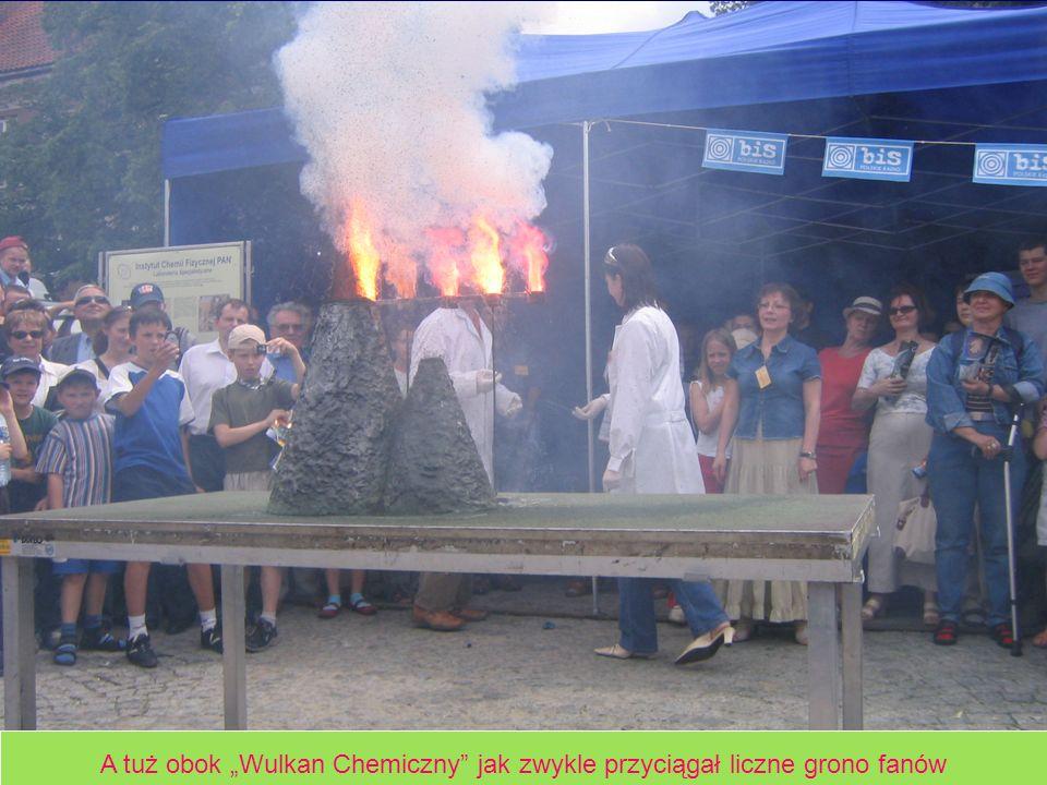 A tuż obok Wulkan Chemiczny jak zwykle przyciągał liczne grono fanów