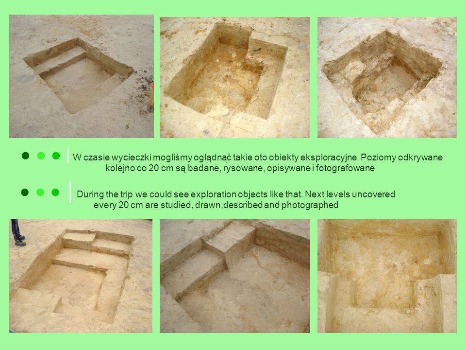Our guide is showing us the flint found during the excavations Nasz przewodnik pokazuje nam krzemień znaleziony w czasie wykopalisk