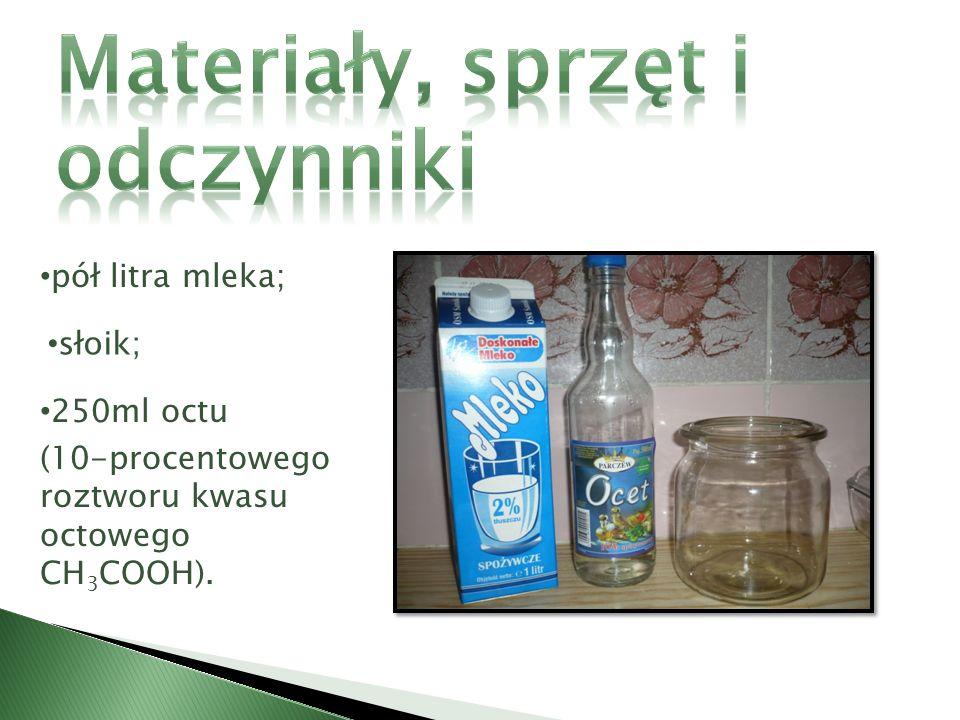 1. Do słoika wlać gorące mleko. 2. Do mleka dodać szklankę octu.