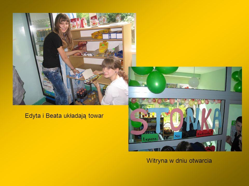 Edyta i Beata układają towar Witryna w dniu otwarcia