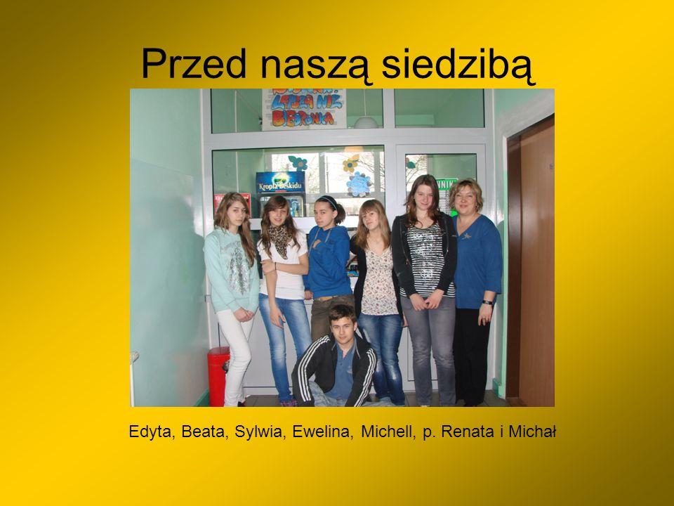 Przed naszą siedzibą Edyta, Beata, Sylwia, Ewelina, Michell, p. Renata i Michał