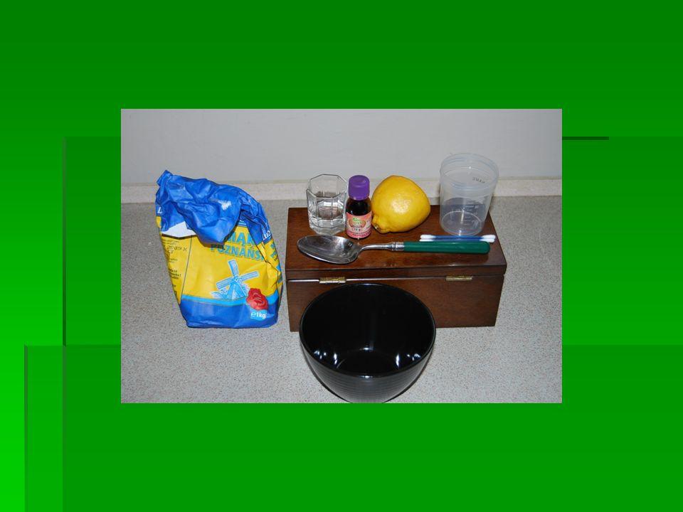 Opis poszczególnych czynności: 1.Wlanie do pojemnika z miarką 60 cm 3 wody 2.Wsypanie do miseczki łyżki mąki, dodanie do niej odmierzonej wody i dokładne wymieszanie 3.Zanurzenie w mieszaninie mączno-wodnej jednej pałeczki kosmetycznej i napisanie nią wyrazu na ręczniku papierowym 4.Naniesienie drugą pałeczką kilku kropli jodyny na miejsce, w którym znajduje się napisany wyraz 5.Odczekanie chwilę i naniesienie na to samo miejsce kilku kropli soku z cytryny.