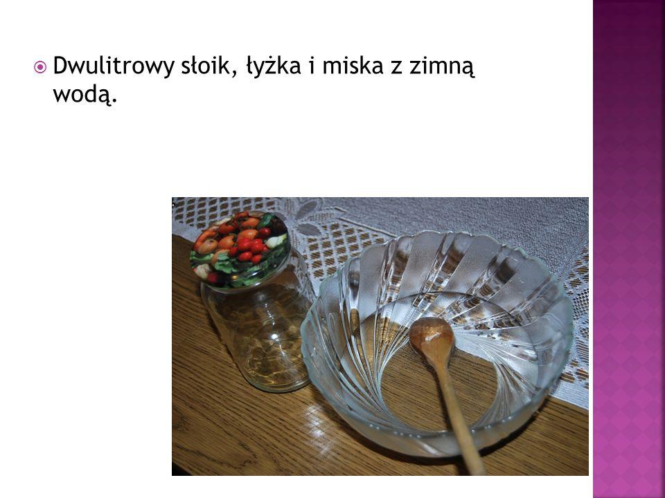 Dwulitrowy słoik, łyżka i miska z zimną wodą.