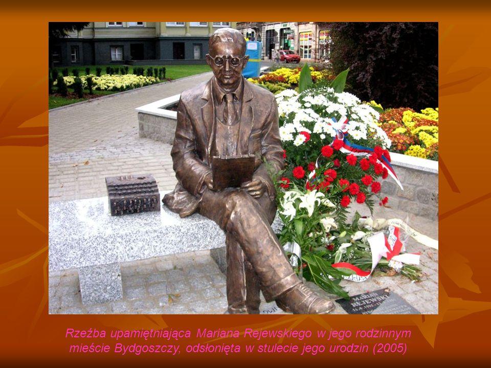 Rzeźba upamiętniająca Mariana Rejewskiego w jego rodzinnym mieście Bydgoszczy, odsłonięta w stulecie jego urodzin (2005)