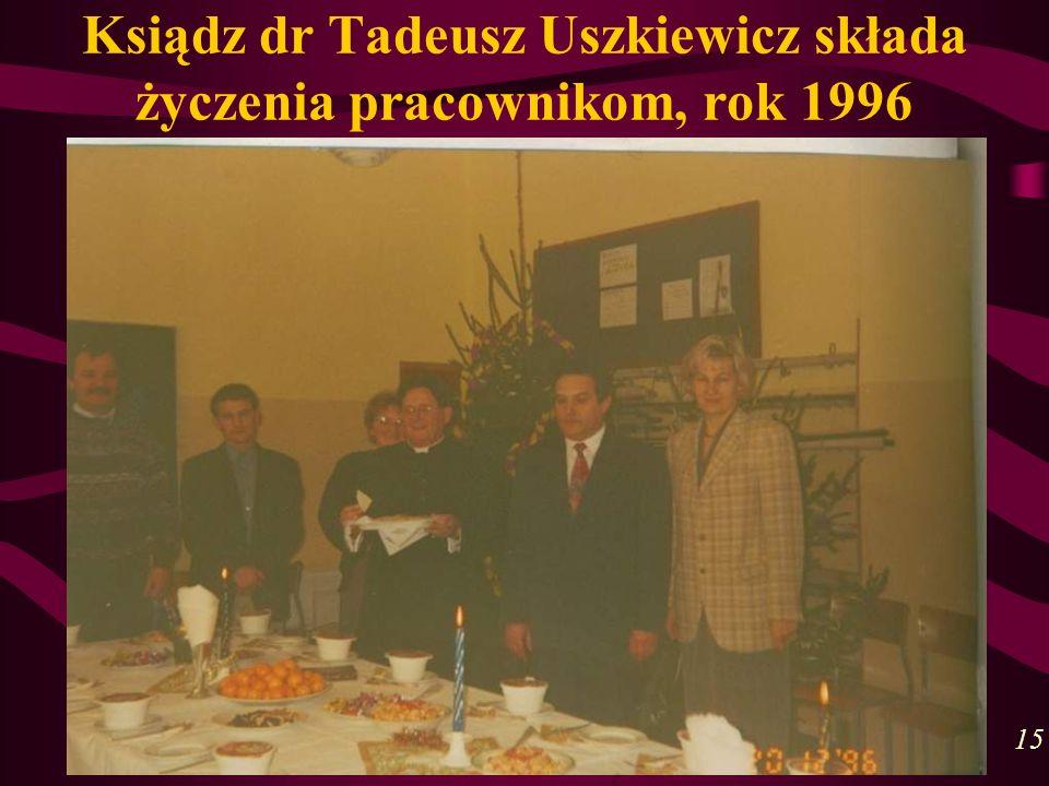 Ksiądz dr Tadeusz Uszkiewicz składa życzenia pracownikom, rok 1996 15