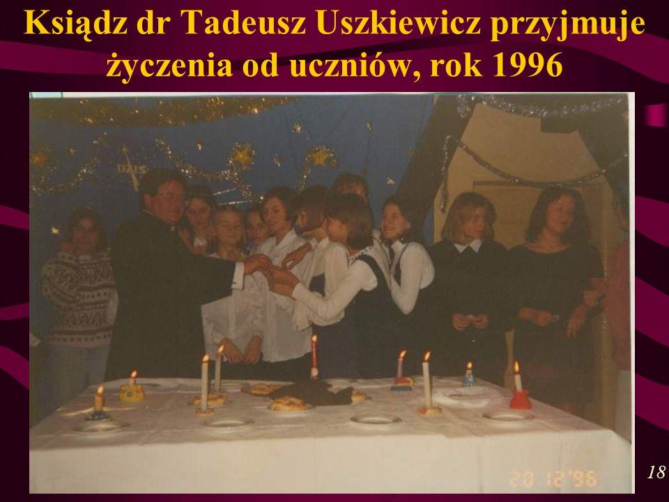 Ksiądz dr Tadeusz Uszkiewicz przyjmuje życzenia od uczniów, rok 1996 18