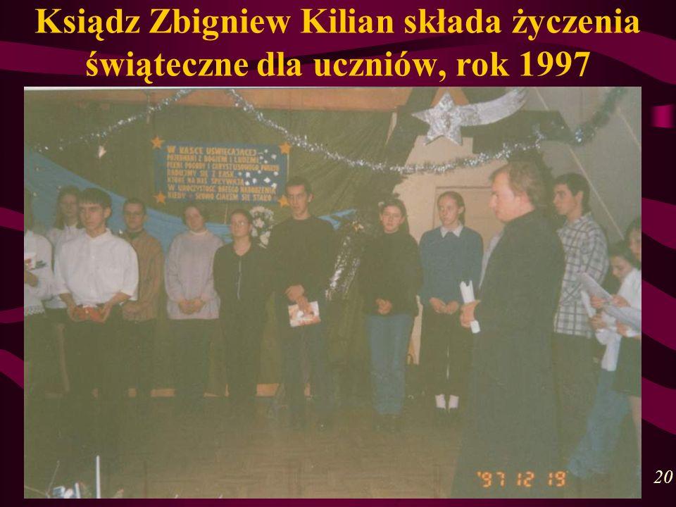 Ksiądz Zbigniew Kilian składa życzenia świąteczne dla uczniów, rok 1997 20