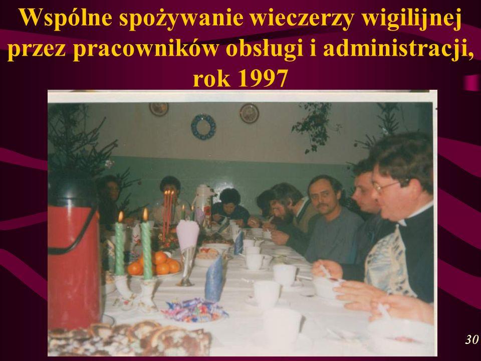 Wspólne spożywanie wieczerzy wigilijnej przez pracowników obsługi i administracji, rok 1997 30