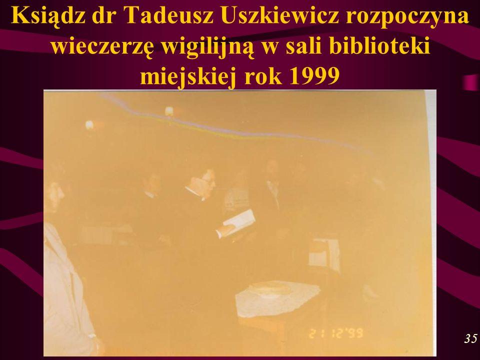 Ksiądz dr Tadeusz Uszkiewicz rozpoczyna wieczerzę wigilijną w sali biblioteki miejskiej rok 1999 35