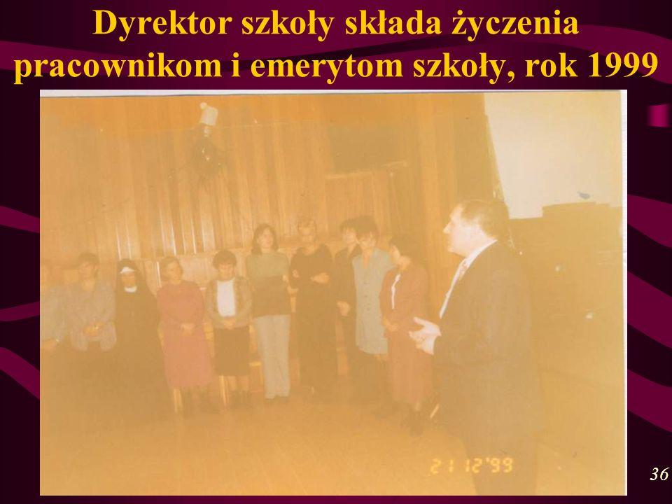 Dyrektor szkoły składa życzenia pracownikom i emerytom szkoły, rok 1999 36