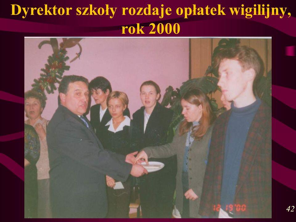 Dyrektor szkoły rozdaje opłatek wigilijny, rok 2000 42