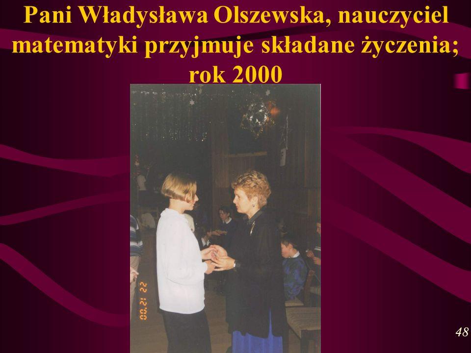 Pani Władysława Olszewska, nauczyciel matematyki przyjmuje składane życzenia; rok 2000 48