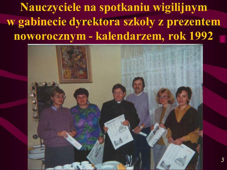Nauczyciele na spotkaniu wigilijnym w gabinecie dyrektora szkoły z prezentem noworocznym - kalendarzem, rok 1992 5