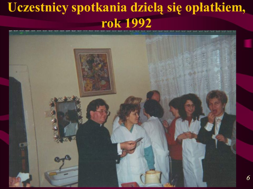 Uczestnicy spotkania dzielą się opłatkiem, rok 1992 6