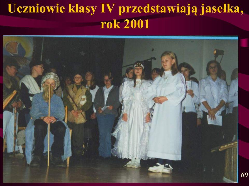 Uczniowie klasy IV przedstawiają jasełka, rok 2001 60