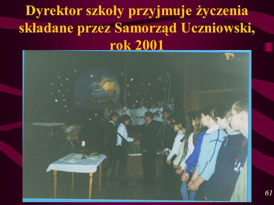 Dyrektor szkoły przyjmuje życzenia składane przez Samorząd Uczniowski, rok 2001 61