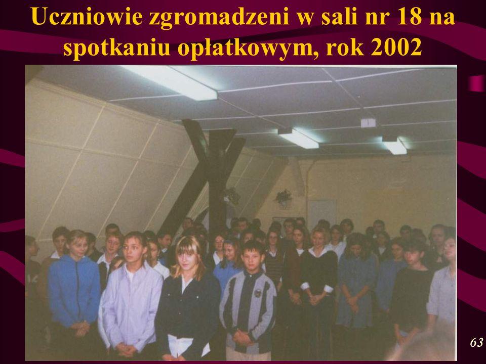 Uczniowie zgromadzeni w sali nr 18 na spotkaniu opłatkowym, rok 2002 63