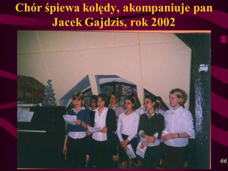 Chór śpiewa kolędy, akompaniuje pan Jacek Gajdzis, rok 2002 66