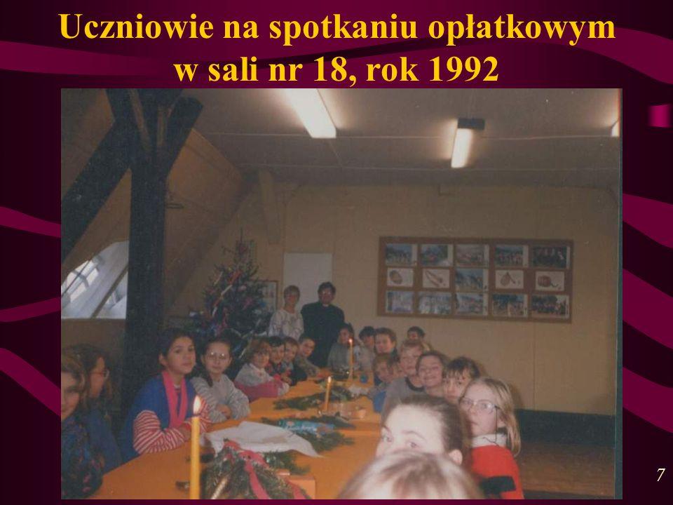 Uczniowie na spotkaniu opłatkowym w sali nr 18, rok 1992 7