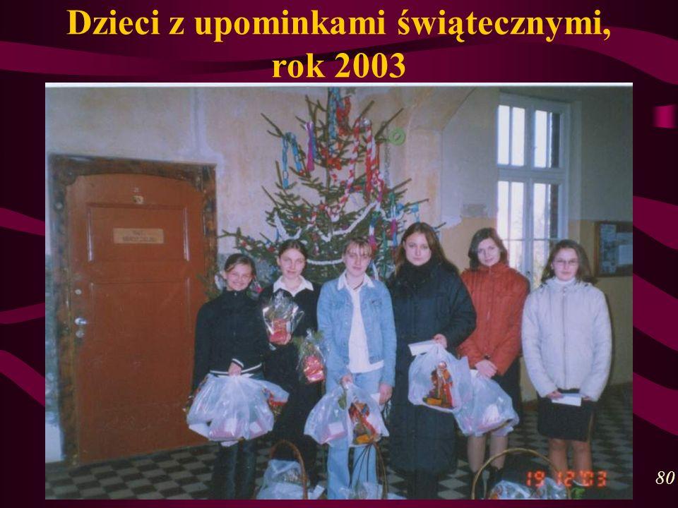 Dzieci z upominkami świątecznymi, rok 2003 80