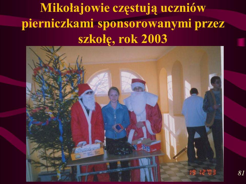 Mikołajowie częstują uczniów pierniczkami sponsorowanymi przez szkołę, rok 2003 81