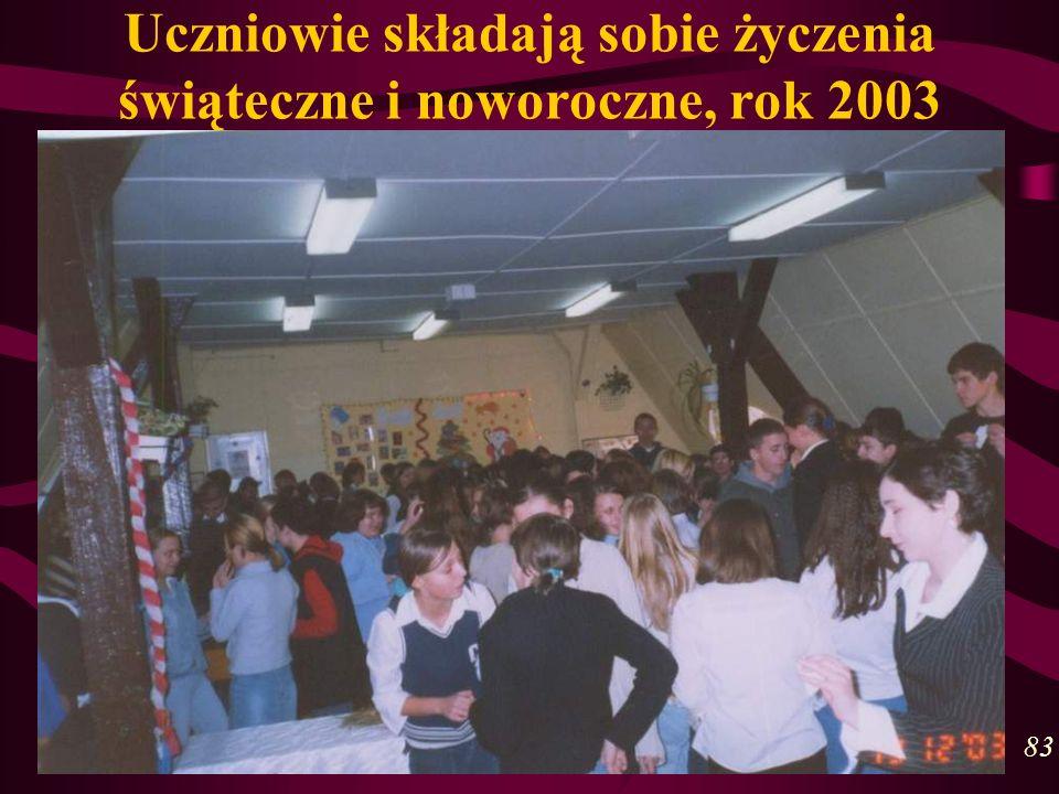 Uczniowie składają sobie życzenia świąteczne i noworoczne, rok 2003 83