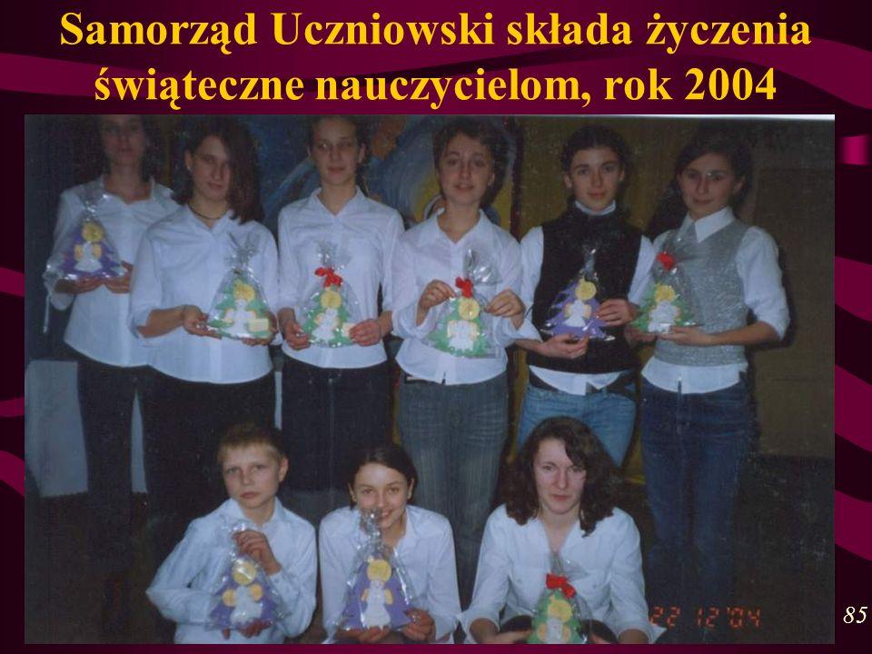 Samorząd Uczniowski składa życzenia świąteczne nauczycielom, rok 2004 85