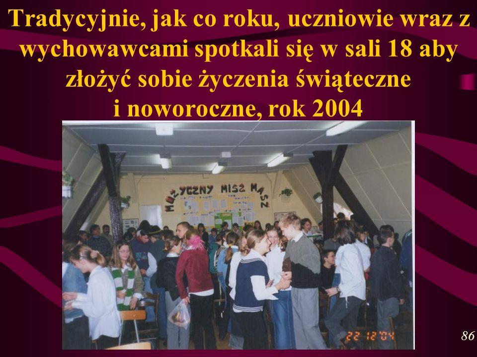 Tradycyjnie, jak co roku, uczniowie wraz z wychowawcami spotkali się w sali 18 aby złożyć sobie życzenia świąteczne i noworoczne, rok 2004 86