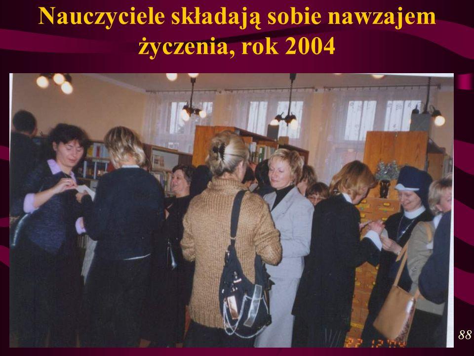 Nauczyciele składają sobie nawzajem życzenia, rok 2004 88