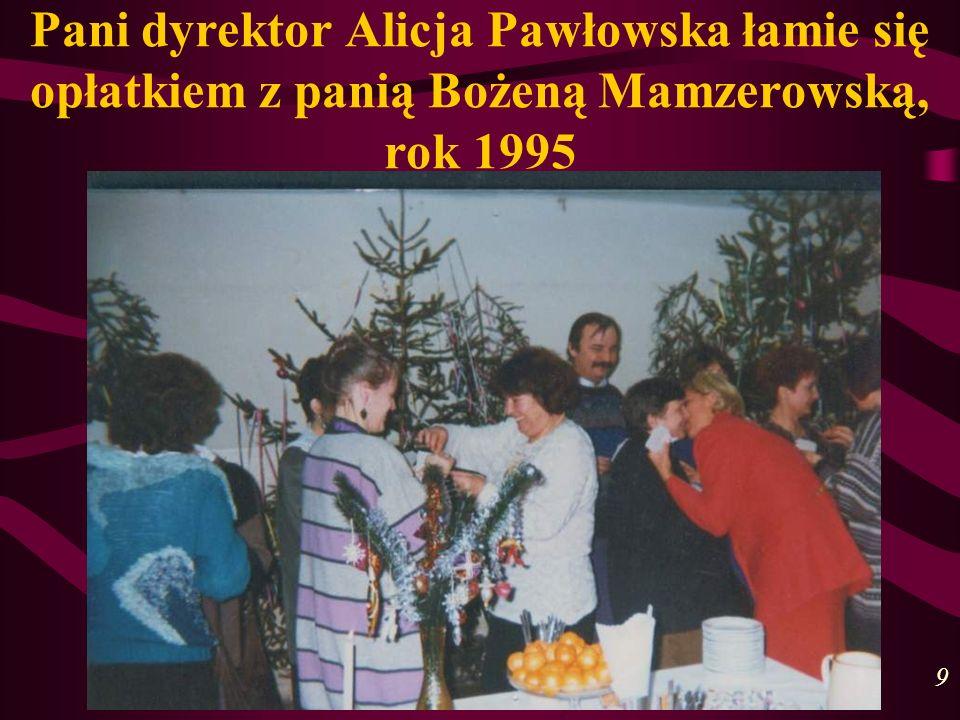 Pani dyrektor Alicja Pawłowska łamie się opłatkiem z panią Bożeną Mamzerowską, rok 1995 9