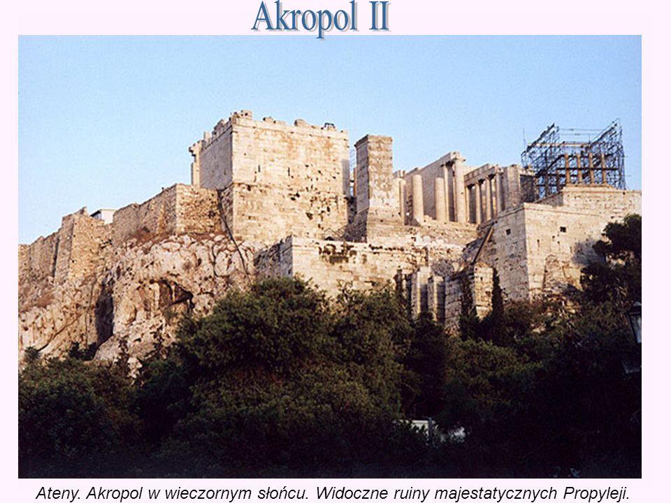 Ateny. Akropol w wieczornym słońcu. Widoczne ruiny majestatycznych Propyleji.