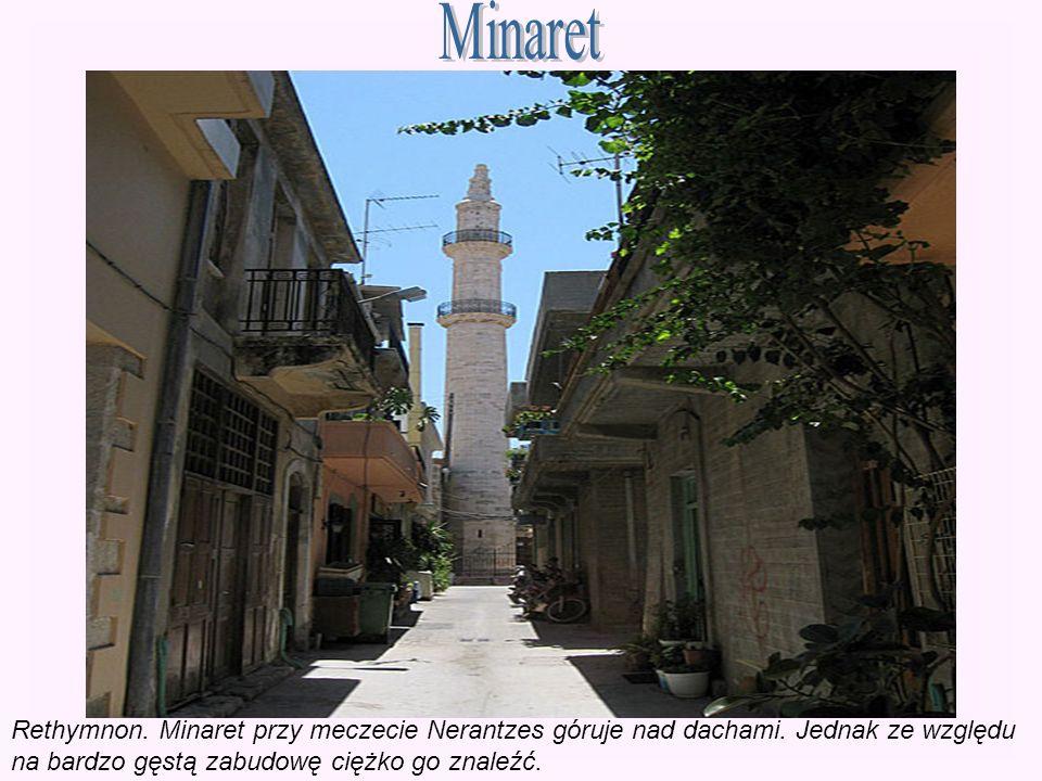 Rethymnon. Minaret przy meczecie Nerantzes góruje nad dachami. Jednak ze względu na bardzo gęstą zabudowę ciężko go znaleźć.