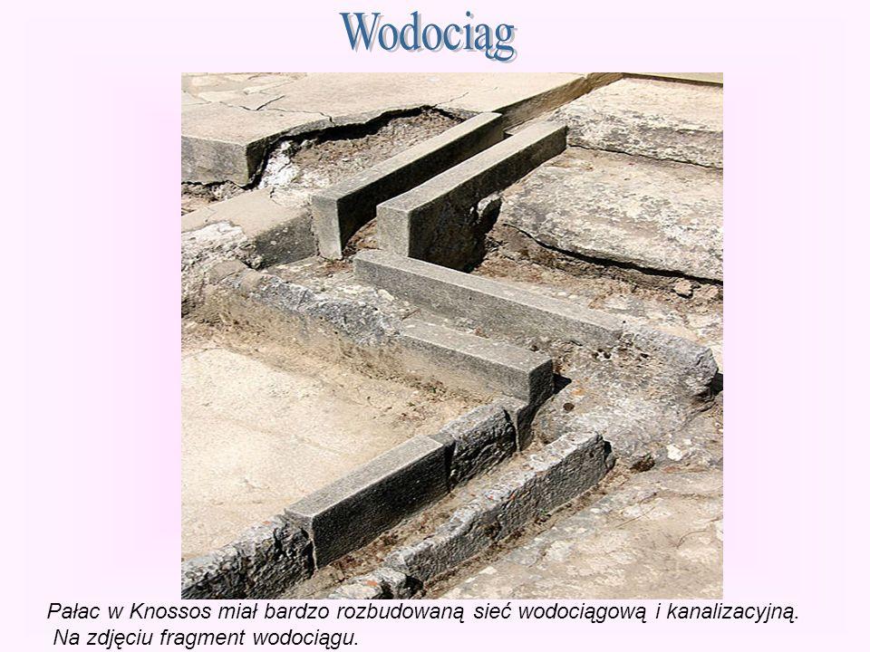 Pałac w Knossos miał bardzo rozbudowaną sieć wodociągową i kanalizacyjną. Na zdjęciu fragment wodociągu.