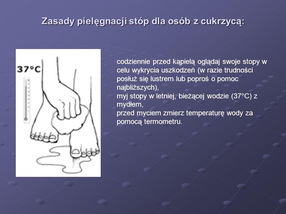 Zasady pielęgnacji stóp dla osób z cukrzycą: codziennie przed kąpielą oglądaj swoje stopy w celu wykrycia uszkodzeń (w razie trudności posłuż się lust