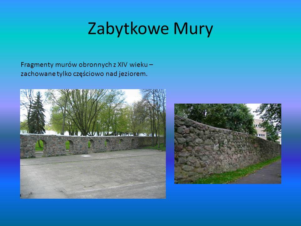 Zabytkowe Mury Fragmenty murów obronnych z XIV wieku – zachowane tylko częściowo nad jeziorem.