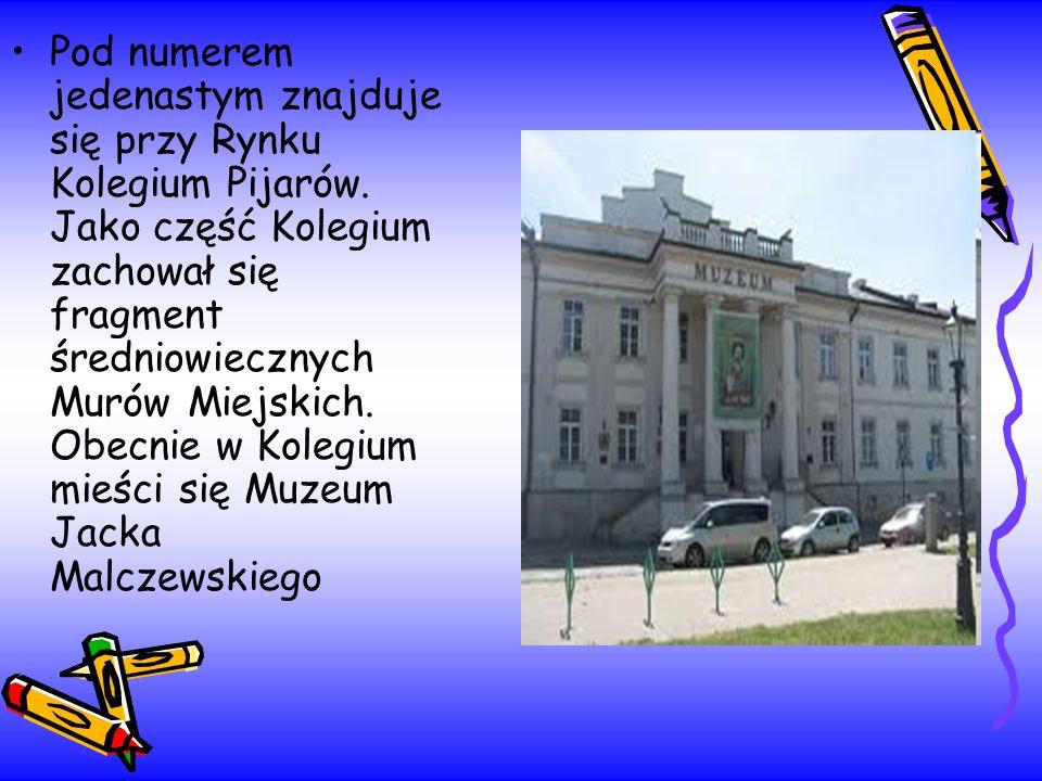 Pod numerem jedenastym znajduje się przy Rynku Kolegium Pijarów. Jako część Kolegium zachował się fragment średniowiecznych Murów Miejskich. Obecnie w