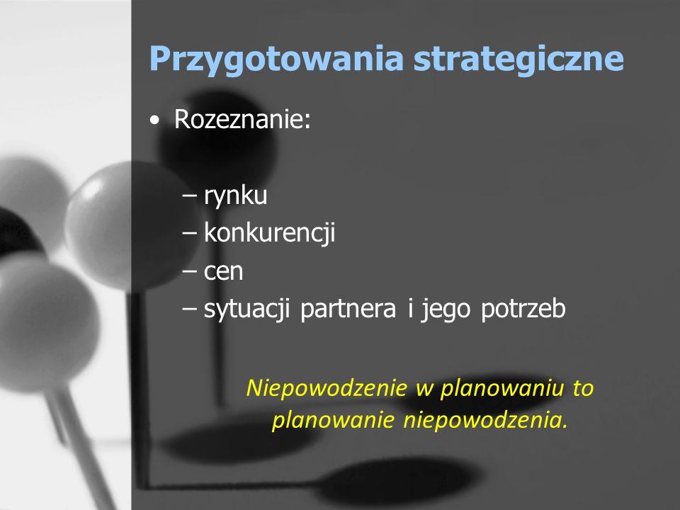 Przygotowania strategiczne Zebranie koniecznych informacji: –o uczestnikach negocjacji (charakter, zainteresowania, prawdopodobne pretensje, jakie mogą zgłosić podczas negocjacji, zachowanie w innych negocjacjach – argumentacja, etc.); –o firmie – kontrahencie (standing finansowy, referencje, potrzeby, organizacja firmy) ; –o własnej firmie i produkcie/usłudze; –o ofertach konkurencji.