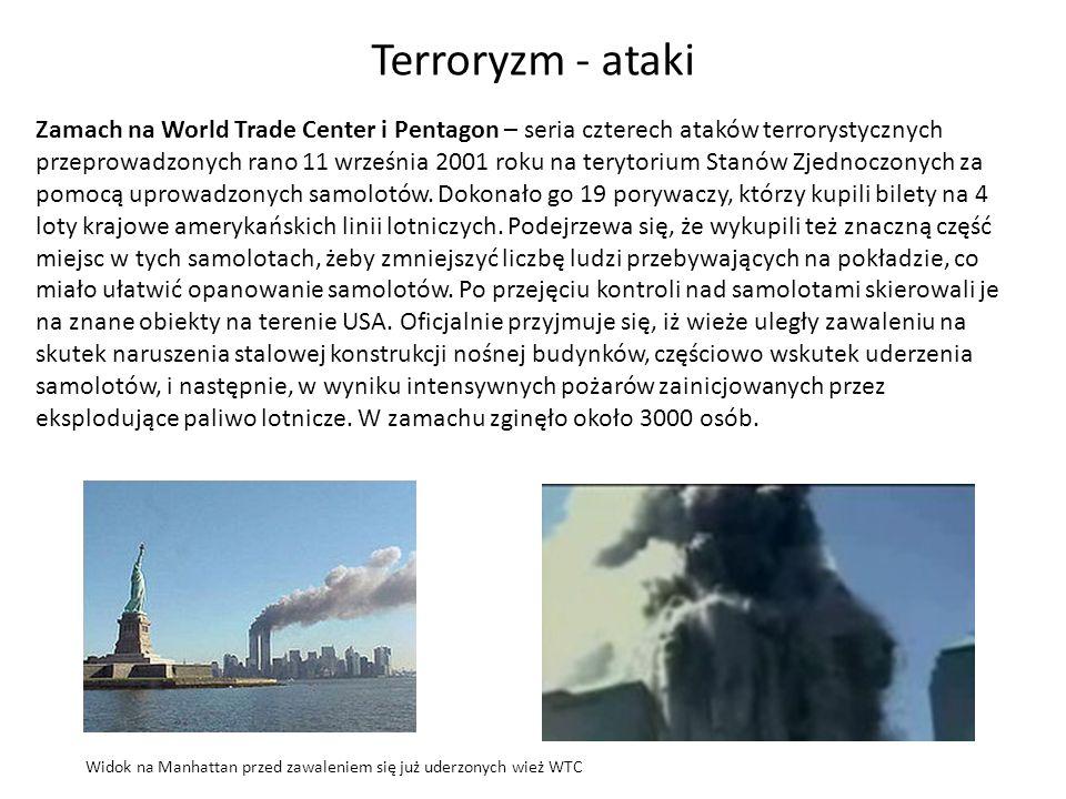 Widok na Manhattan przed zawaleniem się już uderzonych wież WTC Terroryzm - ataki Zamach na World Trade Center i Pentagon – seria czterech ataków terr