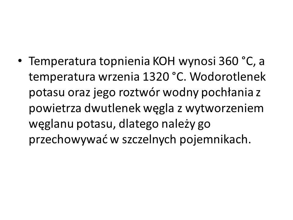 Ma silne właściwości higroskopijne. Bardzo dobrze rozpuszcza się w wodzie, np. w temp. 0 °C 97 g na 100 cm 3, a w 20 °C 110 g na 100 cm 3 H 2 O. Proce