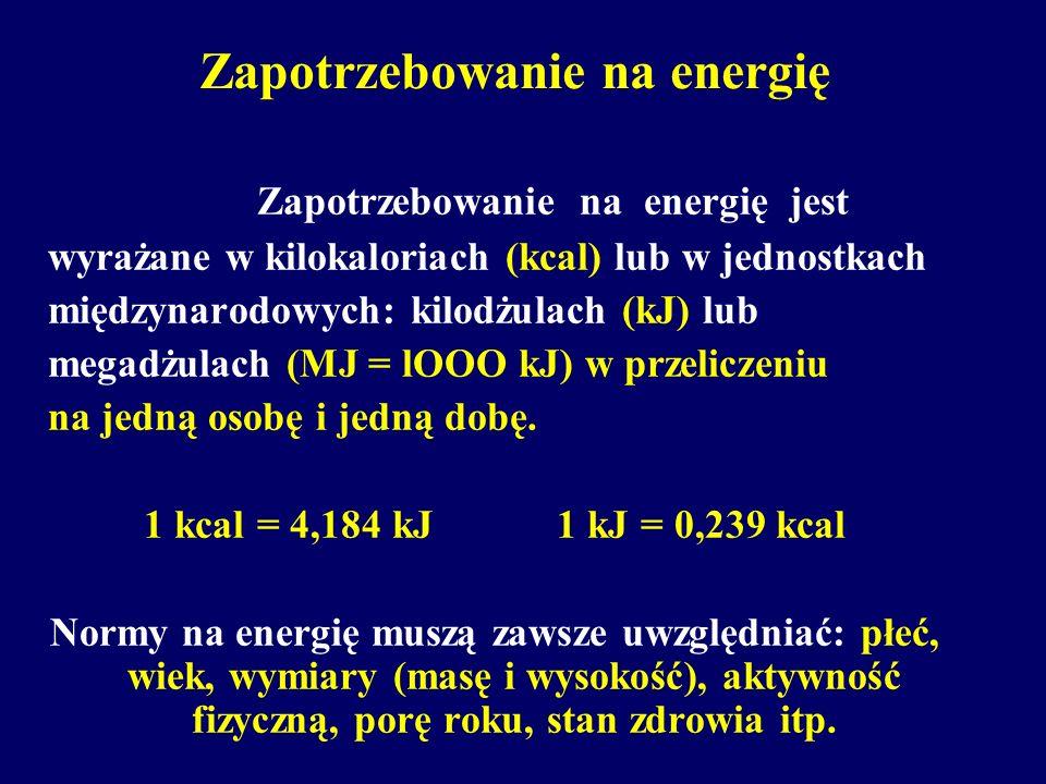 Zapotrzebowanie na energię Zapotrzebowanie na energię jest wyrażane w kilokaloriach (kcal) lub w jednostkach międzynarodowych: kilodżulach (kJ) lub megadżulach (MJ = lOOO kJ) w przeliczeniu na jedną osobę i jedną dobę.