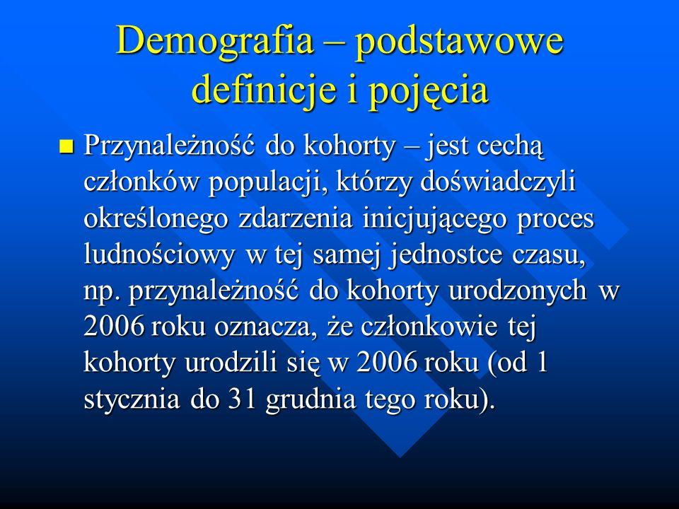 Demografia – podstawowe definicje i pojęcia Przynależność do kohorty – jest cechą członków populacji, którzy doświadczyli określonego zdarzenia inicjującego proces ludnościowy w tej samej jednostce czasu, np.