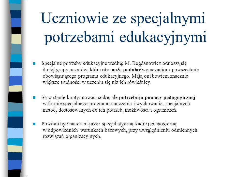 Orzeczenie o potrzebie kształcenia specjalnego otrzymują uczniowie: Niepełnosprawni: słabosłyszący i niesłyszący, słabowidzący i niewidomi, z niepełnosprawnością ruchową, w tym z afazją, z upośledzeniem umysłowym w stopniu lekkim, z upośledzeniem umysłowym w stopniu umiarkowanym lub znacznym, z autyzmem, w tym z Zespołem Aspergera, z niepełnosprawnościami sprzężonymi, Zagrożeni niedostosowaniem społecznym i niedostosowani społecznie.
