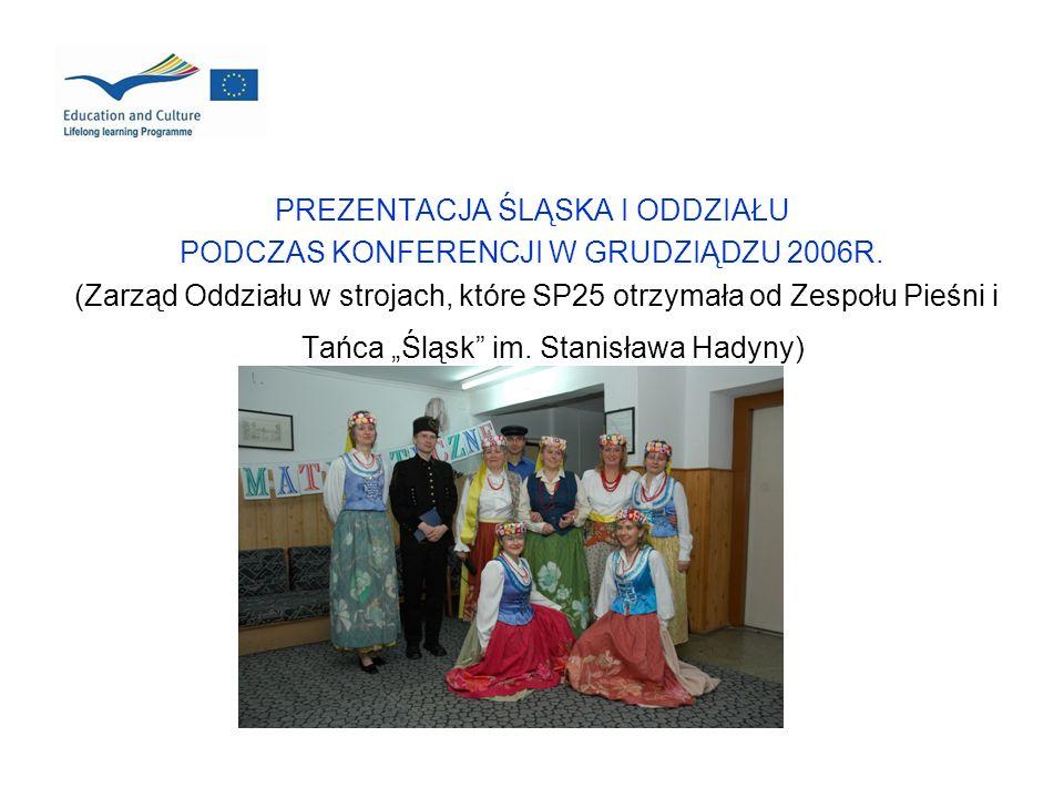 PREZENTACJA ŚLĄSKA I ODDZIAŁU PODCZAS KONFERENCJI W GRUDZIĄDZU 2006R. (Zarząd Oddziału w strojach, które SP25 otrzymała od Zespołu Pieśni i Tańca Śląs