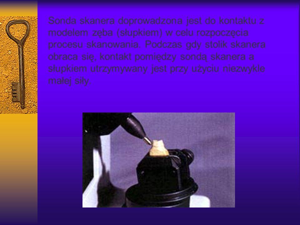 Sonda skanera doprowadzona jest do kontaktu z modelem zęba (słupkiem) w celu rozpoczęcia procesu skanowania. Podczas gdy stolik skanera obraca się, ko