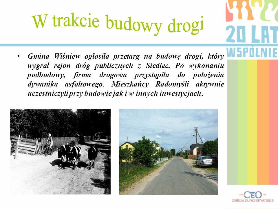 Gmina Wiśniew ogłosiła przetarg na budowę drogi, który wygrał rejon dróg publicznych z Siedlec. Po wykonaniu podbudowy, firma drogowa przystąpiła do p