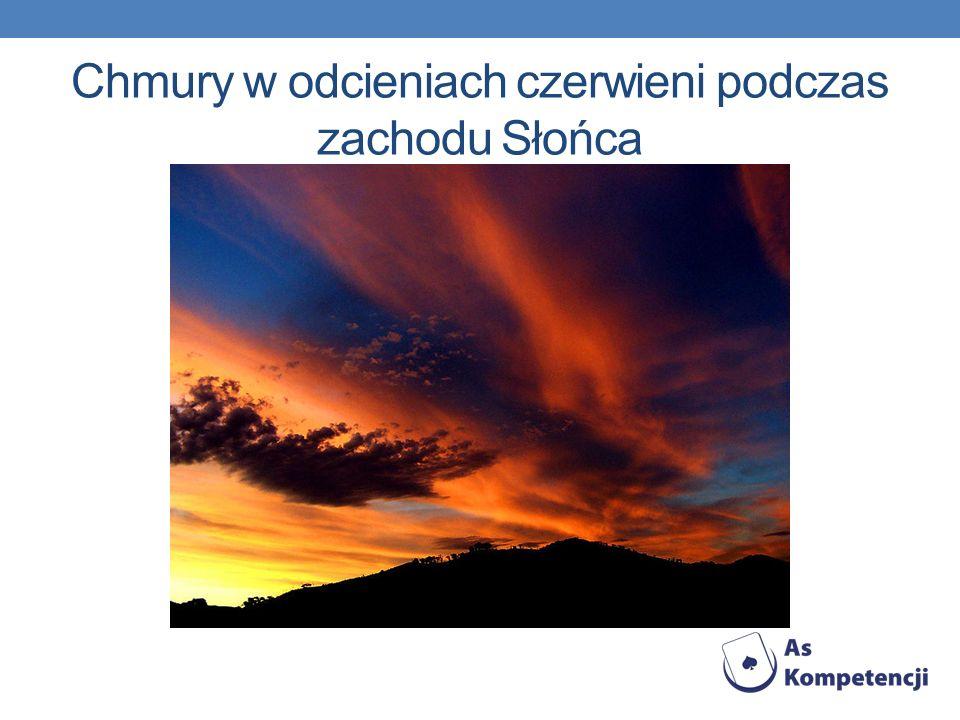 Chmury w odcieniach czerwieni podczas zachodu Słońca