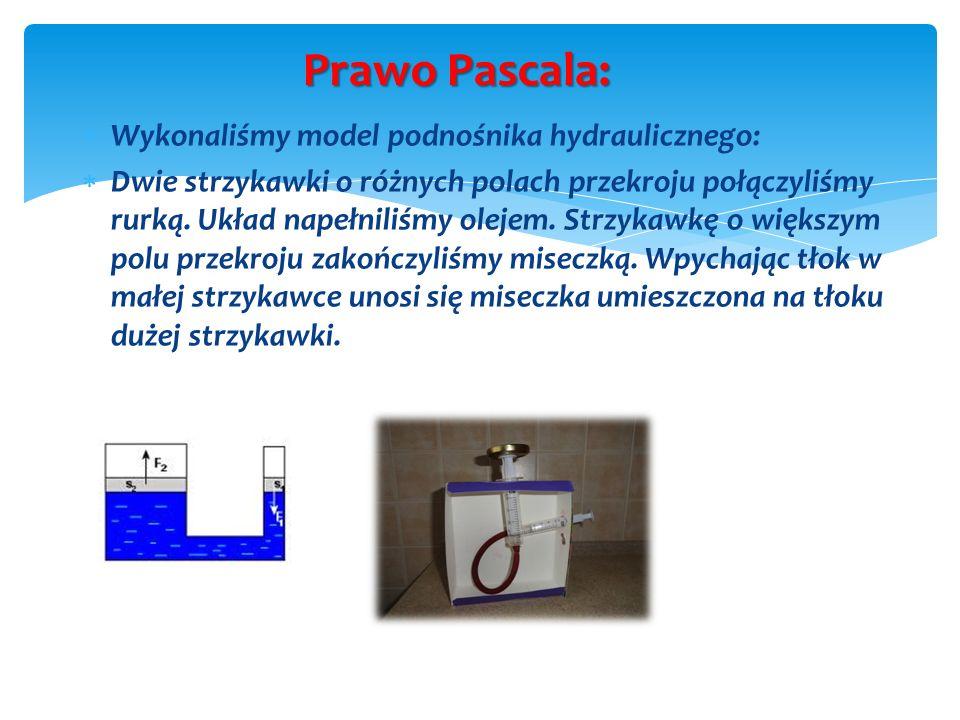 Prawo Pascala: Wykonaliśmy model podnośnika hydraulicznego: Dwie strzykawki o różnych polach przekroju połączyliśmy rurką. Układ napełniliśmy olejem.