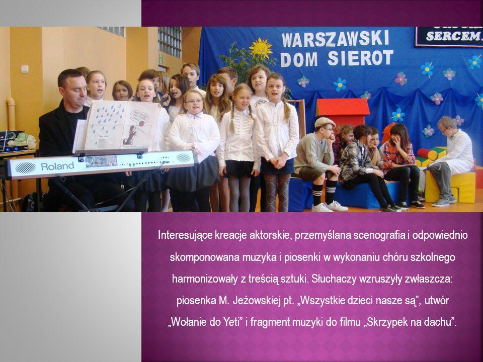 Interesujące kreacje aktorskie, przemyślana scenografia i odpowiednio skomponowana muzyka i piosenki w wykonaniu chóru szkolnego harmonizowały z treśc